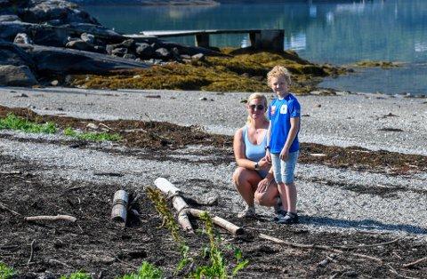 Hauknesstranda er full av søppel, rekved med spiker og ikke minst mengder av råtnende tang fra flere år tilbake. Det henger en råtten lukt over hele stranda. Lise Vonstad (37) er en av mange som reagerer på hvordan det ser ut. Her sammen med sønnen Eskil Vonstad Hovde (9).