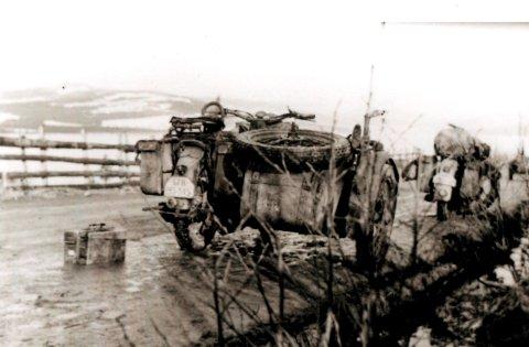 SKUTT I STYKKER: Forlatte tyske motorsykler på riksvegen ved Ring. Motorsyklene tilhørte Maschinengewehr-Bataillon 13, og skuddene som haglet mot de tyske soldatene og disse motorsyklene i 02.30-tiden 20. april 1940, var de første skuddene som ble løsnet under kampene om Lundehøgda. Se flere bilder i bildekarusellen.