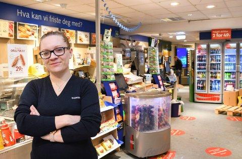 Kjøpmann med tøff start: Elisabeth Krokengen stortrives som kjøpmann ved Knasken i Moelv, og hun gleder seg over en meget god januar måned. Hun forteller samtidig om tøffe tak da koronapandemien rammet i fjor vår.