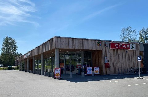 TO SMITTET: To ansatte på Spar-butikken i Moelv er koronasmittet.