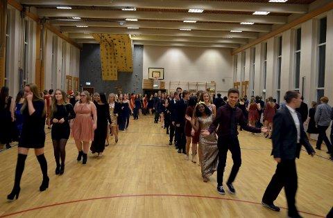 Polonese er en lang tradisjon på julefesten til Tyrifjord videregående skole.