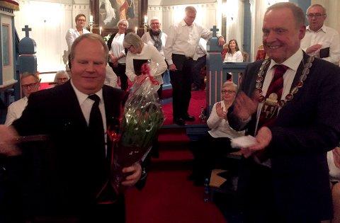 Ordfører Lars Magnussen overrakte prisen til en svært glad og overrasket leder Trond Torgersen.