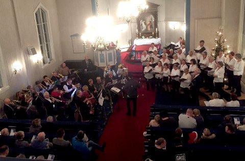 Jevnaker ungdomskorps og Jevnaker korforening holdt konsert i Randsfjord kirke lille julaften.