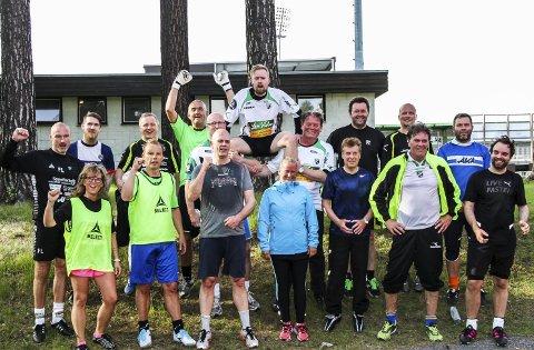 Møtte fansen: HBK-administrasjonen møtte supporterne i 1895 til fotballduell.Foto: Hønefoss BK