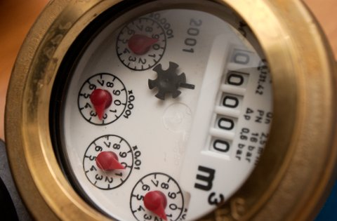 DYRT Å VENTE: Å unnlate å sende inn sifrene på vannmåleren kan koste huseierne dyrt.