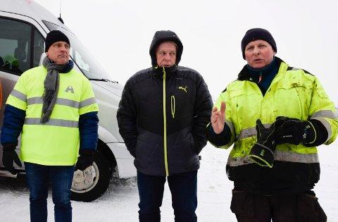 DELVIS MEDHOLD: Henrik Basberg (fra høyre), får medhold, men bare delvis. Utvalgsleder Arnfinn Baksvær (Ap) og eier av Hagen Transport, Arvid Hagen, var også med på en befaring sist vinter.