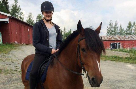 BEKYMRET: Hesten Roysen ble borte 24. juli og er fortsatt savnet på Krokskogen. Hestepasser Inger Margrete W. Smith håper han bare har gått seg bort og at hun vil finne ham igjen.