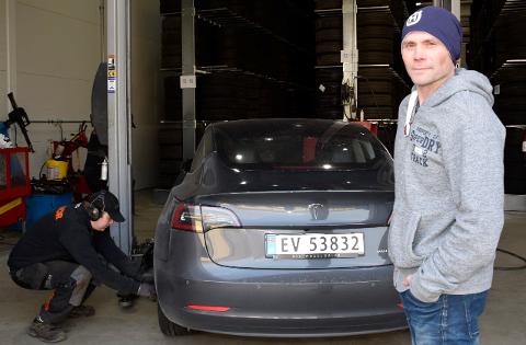 SOMMERKLAR: Tor-Brede Rognlid fikk satt på sommerdekk på bilen sin. Jørn Henning Bråthen hos Vianor går travle uker i møte.