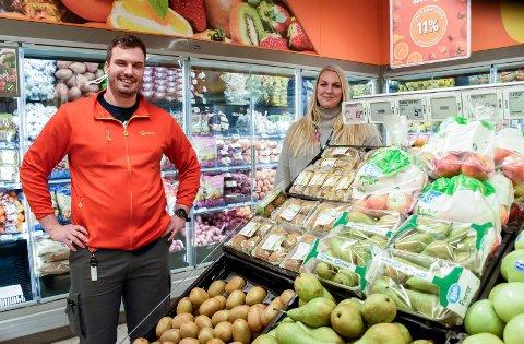 NY BUTIKK: Jørgen Tangen Jakobsen og Elin Jonsson ved frukt- og grøntavdelingen i den nye butikken.