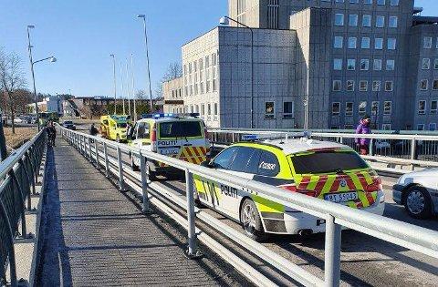 Nødetatene rykket ut på hendelse i Hønefoss sentrum tirsdag formiddag.