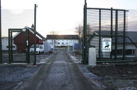 SNART ÅPNING: Høye gjerder er på plass på Landsverk i Eidsvoll.Foto: Per Stokkebryn