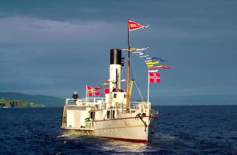 Mjøsas hvite svane: Flaggene vaier i vinden og stemningen er stor ombord på Skibladner etter torsdagens forslag til statsbudsjett.Foto: NTB scanpix