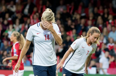 Ada Hegerberg og Ingrid Schjelderup (bak) under kampen  Norge - Danmark  på stadion i Deventer, mandag kveld.