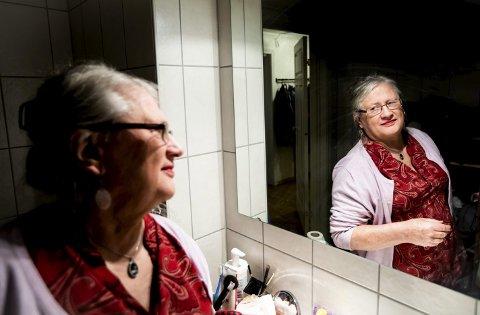 Birna Rørslett er diskret når det kommer til sminkebruk, men tar på et strøk leppestift ved spesielle anledninger. Etter at kroppsfasongen endret seg, sitter kvinneklærne bedre, sier 72-åringen som lever et mye bedre liv i dag. ALLE FOTO: LISBETH LUND ANDRESEN