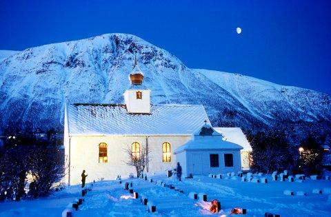 JULA: Kirkene ringer inn jula i Norge, men når skjer det egentlig? Her fra Hen kirke ved Isfjorden i Møre og Romsdal.