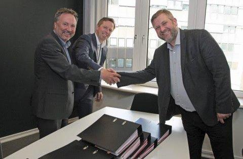 Nye kontrakter: Regiondirektør Per Nilsen i Nettbuss og administrerende direktør Atle Rønning i Norgesbuss signerte nylig kontrakter for Romerike med administrerende direktør i Ruter, Bernt Reitan Jenssen.