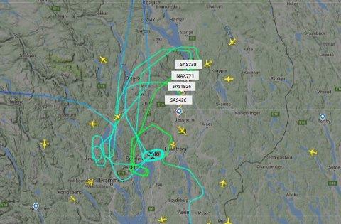 I KØ: Flyene sto i kø mens den ene rullebanen var stengt for innkommende fly.