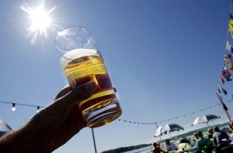 "Oslo 20030806 Øl-drikking i sommersol på ""Lektern"" ved Aker Brygge i Oslo. Været på Østlandet om dagen tilsier godt salg for bryggeriene. Foto: Thomas Bjørnflaten / SCANPIX"