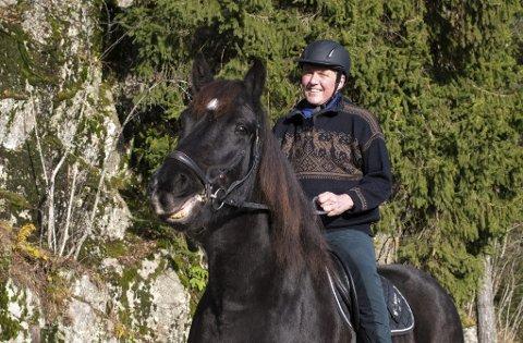 Gjør grundig ri-search: Forfatter Jan Ove Ekeberg fant ut at han ville lære seg mer om hester da han skulle skrive historiske romaner. Læringskurven har vært bratt. FOTO: VIDAR SANDNES