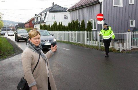 VISTE FRAM: Jeanette Svendsen viste fram trafikken i Grensegata. I bakgrunnen kan man se Jørn Berthelsen fra NAF som dirigerte trafikken.