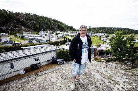 – Alt dette er mitt, spøker Rolf Øren og gliser. Det er den 31. sommeren han er på Ylserød camping. Plassene rett nedenfor fjellknausen kaller vogneierne for Beverly Hills. alle foto: Tom Gustavsen