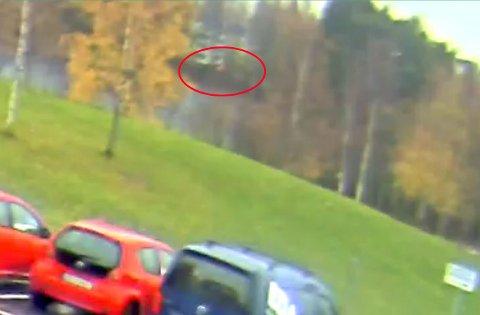 RØDT LYS: Politiet mener at det røde lyset som såvidt kan skimtes på bildet tilhører en bil.