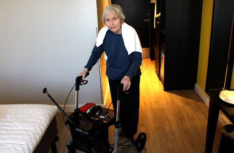 ØNSKER SEG UT EN TUR: Eva Helene Nicolaysen (83) skulle gjerne både vært ute av rommet en tur og fått hjelp til å skifte klær, snart en uke etter at hun måtte ut av leiligheten på Dovre fordi den skulle saneres for veggedyr.
