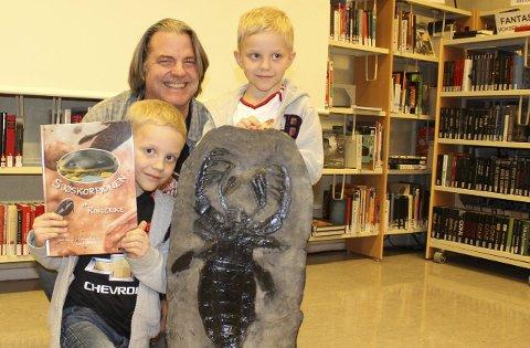 STAS: 6-åringene Martin (til venstre) og Peder (høyre) Thuve Sand fulgte nøye med og syns det var stas å møte Jørn Hurum.