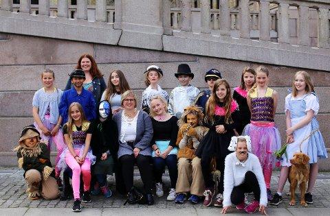 PÅ BYBESØK: Teaterelevene ved Røyken kulturskole fik med seg langt mer enn bare markering av Kultlurskoleloven i Oslo. Det ble også Stortings-besøk sammen med ordfører i Røyken, Eva Norén Eriksen.