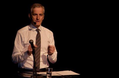 Partileder Jonas Gahr Støre i Ap skrøt av LO-sjefen i sitt foredrag i Sekkefabrikken kulturhus.