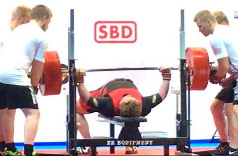 BRONSE: Per Marius Hole løfter 340 kg under EM i Tampere. Hans tyngste løft på 352,5 kilo ble ikke godkjent og Hole måtte nøye seg med bronseplass.