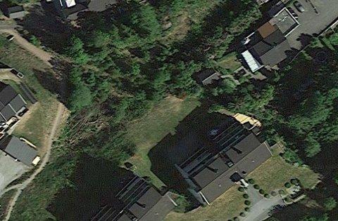 KRANGEL OM DUER: Naboen i huset i høyre bildekant holder duer. Sameiet til venstre setter ikke spesielt stor pris på det.
