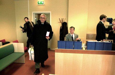 RØPET ALDRI: Jahres høyre hånd i Kosmos, Bjørn Bettum (t.v.), røpet aldri sin rolle overfor bobestyrer Even Wahr-Hansen (t.h.). Bildet er tatt i Drammen tinghus i mars 2000.