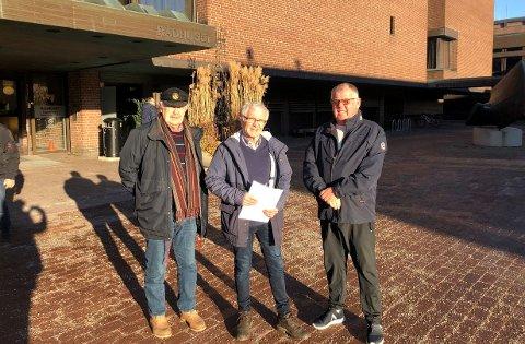 FORNØYDE: Planutvalget stemte ja til at Sandefjord Motorbåtforening kan begynne arbeidet med nye brygger. Det er Walter Nordahl (f.v.), Arne Larsen og Steinar Nilsen fornøyde med.
