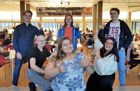 KLAR TIL AKSJON: Isak Wangberg (leder av elevrådet) (t.v.), Guro Øksøy Thorsen (sekretær og info-ansvarlig i elevrådet), Margit Solvoll (i front, leder i Solidaritetskomitéen), Eline Byre (bakerst, medlem elevrådsstyret), Thea Andersen (medlem solidaritetskomitéen) og Viljam Steinsett Strøm (nestleder i elevrådet).