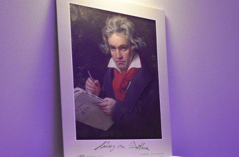 HOVEDPERSONEN: Ludwig van Beethoven ble døv. Under åpningen av jubileet som hedrer ham, ble portrettet av komponisten og musikeren plassert på kommoden med tilpasset innhold for de døvblindfødte beboerne på Signo. FOTO: Vibeke Bjerkaas