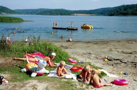 FRARÅDES: Nå frarådes bading i Åsrumvannet, ettersom det mistenkes at det er oppblomstring av blågrønnalger der.