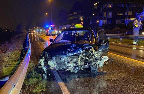 Bilen fikk store materielle skader etter sammenstøtet i Daleveien fredag.