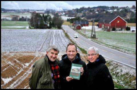 I Nordre Borge: Svein Åstrøm (fra venstre), Lars Ole Klavestad og Karl Ottar Fjeld er klare med bind 15 i bokserien «Gårder og slekter i Borge og Torsnes».