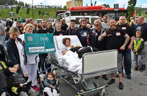 OVERLEVERTE SJEKK: Det var mange tilstede da foreningen Østfold Truckers Treff overleverte 15.000 kroner til barneavdelingen på Kalnes i fjor. I år går konvoien fra Rygge flyplass i juni.