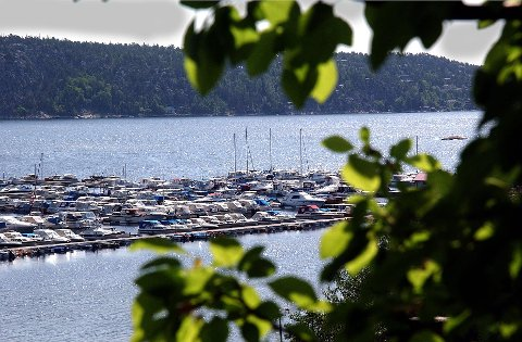 PASS PÅ: Båtsesongen er i full gang. Det merker også forsikringsselskapene. I løpet av året er det mange båteiere som kun vil finne igjen fortøyninger og en ødelagt lås når de skal ut på båttur. Nå advares båteiere mot tyver på tokt i Østfold-skjærgården.