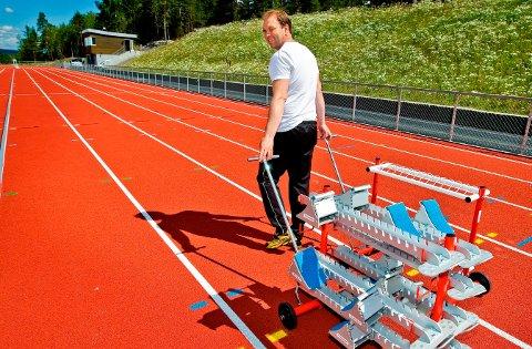 FLOMLYS: Henrik Biørnstad og SIL ønsker seg flombelysning på friidrettsanlegget på Kalnes for å forlenge sesongen.