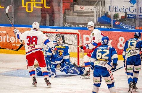 MISFORNØYD MED EGEN INNSATS Sparta-keeper Jens Kristian Lillegrend deppet etter at Vålerengas Tobias Lidström satte inn 3-2 i kampen mellom Sparta og Vålerenga.