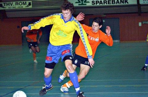 STORE PROFILER: Flere store fotballprofiler gjestet Sparebankcupen på 2000-tallet. Her nåværende Vålerenga-spiller Daniel Fredheim Holm (bak) i duell med Trø/Bå-spiller Martin Riseng. Bildet er fra 2005.