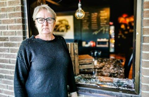 """FORBANNET: Ann-Kristin Enger er medeier i """"På Hjørnet"""" og er forbannet etter at noen knuste ei rute og stakk av med hele kassabeholdningen."""