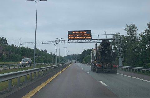 E6: Over E6 var det fredag morgen et viktig budskap til folk som planlegger å reise til Sverige.