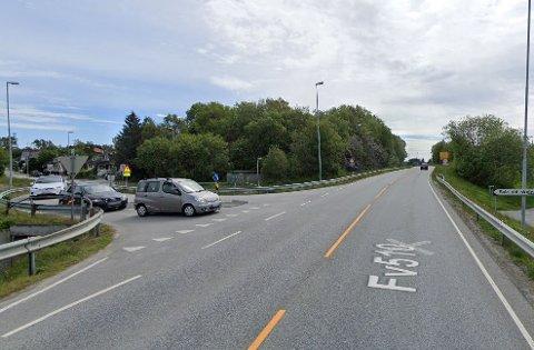 Det er dette krysset Nesbuvegen/Åsnutvegen som skal utbedres i forbindelse med trafikk til og fra Sola Arena.