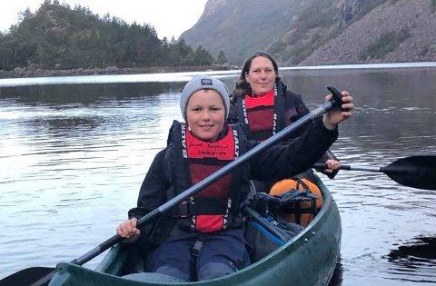 KANO: Kanopadling er blant speideraktivitetene. Her er Mariann Meling og Kristian Meling Nordstrand i kano på på Liarvatnet. Foto: Ole Bokn