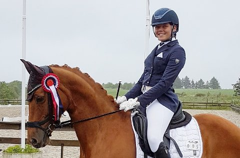 TO GULL: Ruth Førland Bjørkhaug og Champ hadde ei flott helg hos Nord-Karmøy Rideklubb der ho vant to klasser.