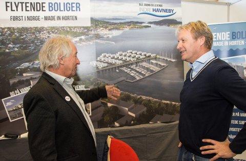 VISTE: Styreleder i Indre Havneby, Hans Olav Tangen (t.v.) og havnefogd Espen Eliassen med planene for flytende boliger. De vil bli liggende på skrå så alle får like god utsikt. Bildet viser også den planlagte nye båthavna i Horten.